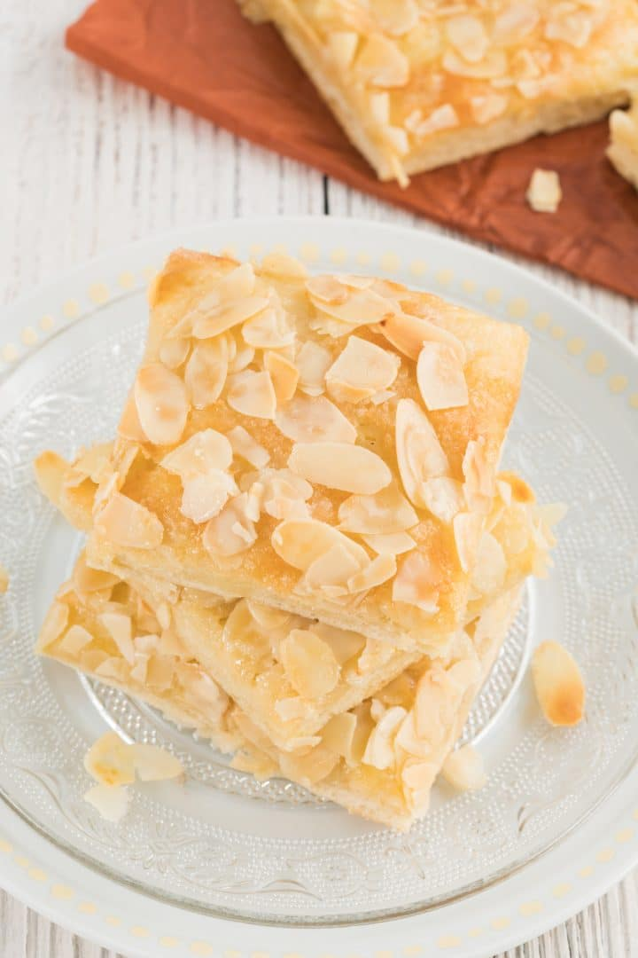 Butter cake with cream almonds