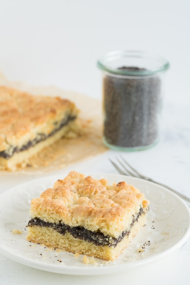 Poppy seed cake with pudding and crumbles