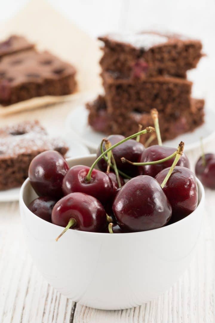last-minute-chocolate-cake-with-cherries